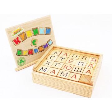 Деревянные кубики с буквами в деревянном ящике